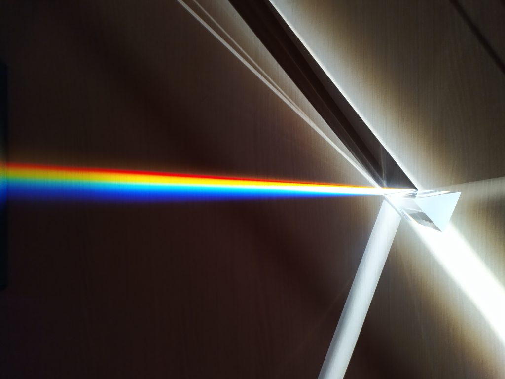 Le prisme illustre l'unité car il décompose la lumière blanche en plusieurs autres couleurs