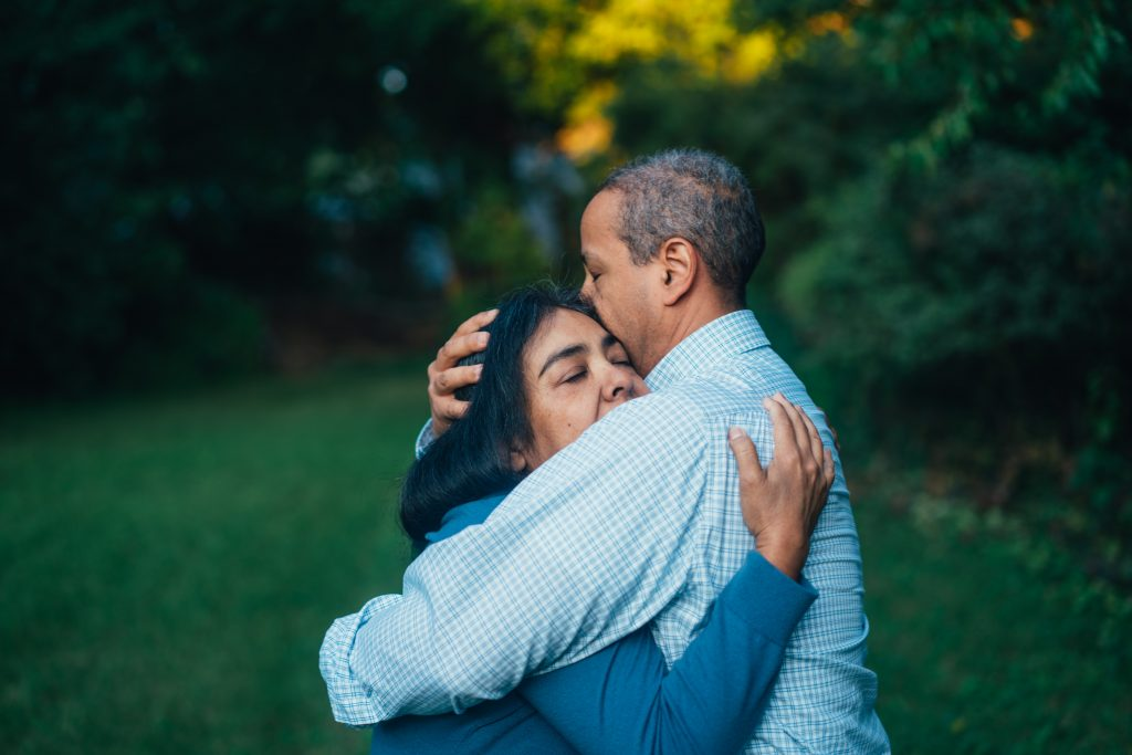 Deux personnes se serrent dans leurs bras et se rapprochent de la conscience d'unité à travers le pardon