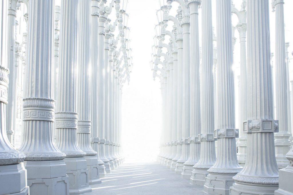 Majestueuses colonnes blanches représentant la pureté et la solidité des Cristals
